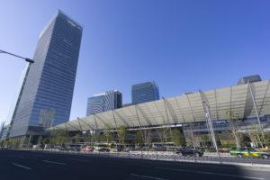 東京駅 八重洲口と高層ビル